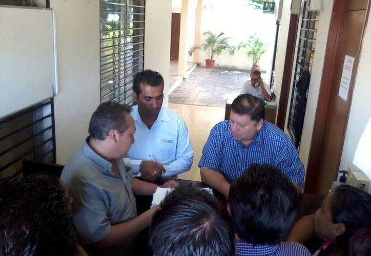 Regidores de Sudzal entregan documentación que sustenta su queja. (Milenio Novedades)