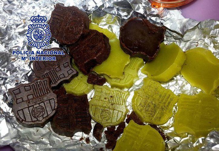 Los bombones de marihuana y las setas alucinógenas decomisadas tenían la forma del escudo del club de fútbol español del Barcelona. (EFE)