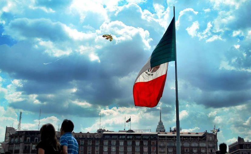 Los honores a la Bandera Nacional se harán siempre con antelación a los que deban rendirse a personas. (Notimex)