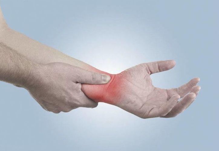 La artritis idiopática juvenil suele aparecer entre los seis meses y los 16 años de edad, y que los primeros signos son el dolor o hinchazón y el enrojecimiento o calentamiento de las articulaciones. (Agencias)