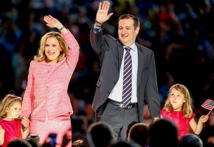 Ted Cruz y su familia saludan desde el escenario donde el republicano de ultraderecha anunció su campaña presidencial en la Universidad Liberty en Lynchburg. (Agencias)