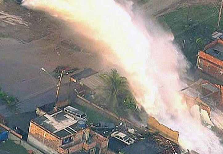 La corriente fue tan violenta que destruyó varios vehículos y los tejados de algunas casas. (infobae.com)