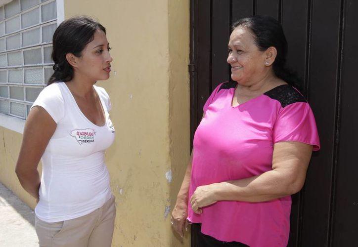 Marisol Sotelo, candidata del PRI a diputada por el II Distrito, durante un recorrido por el centro de Mérida. (SIPSE)