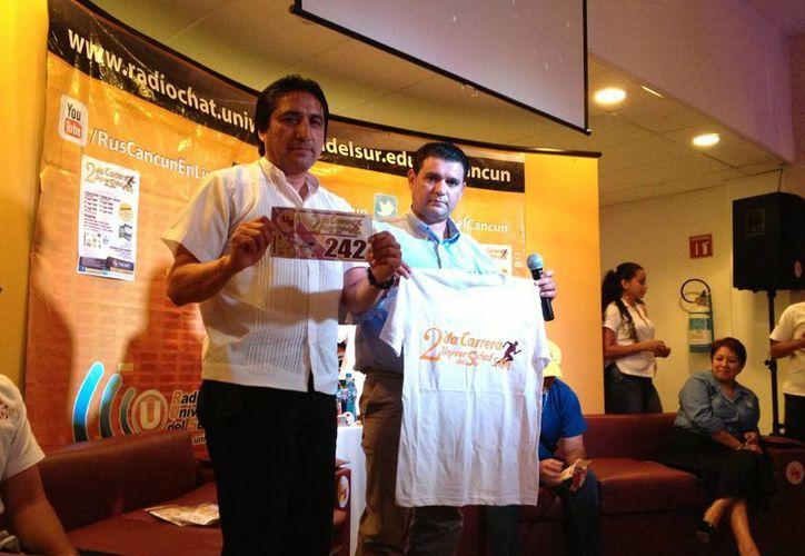 El comité organizador posa con la playera conmemorativa de la carrera. (Ángel Mazariego/SIPSE)