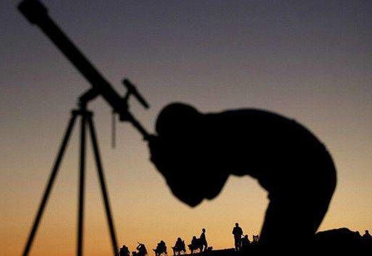 Los planetas Júpiter, Venus, Marte, Saturno y Mercurio se verán en el cielo hasta el 20 de febrero sin necesidad de telescopio. (BBC Mundo)