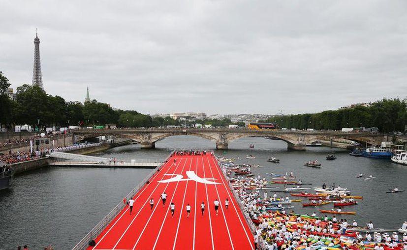 La pistaf ue inaugurada con una carrera entre un grupo de campeones del mundo y olímpicos franceses. (Foto: Univisión)