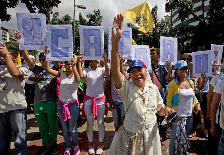 Lilian Tintori, esposa del opositor Leopoldo López, participa en la marcha para exigir el revocatorio contra Nicolás Maduro. (AP//Fernando Llano)