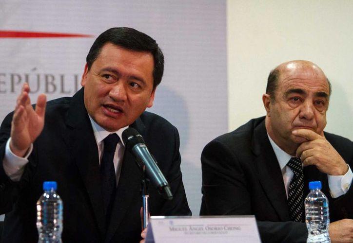 Osorio Chong y Murillo Karam durante la reunión con familiares de desaparecidos. (Notimex)