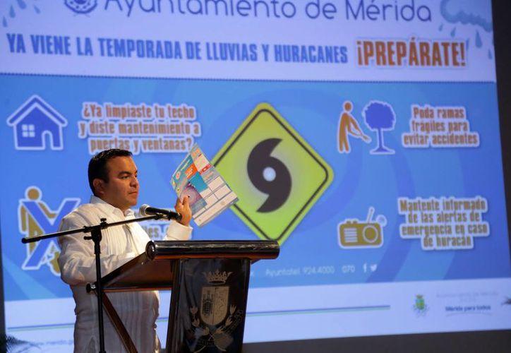 Enrique Alcocer Basto, subdirector Operativo de Protección Civil de Mérida, durante la sesión en la que rindieron protesta los Comités Comisariales de Protección Civil. (SIPSE)