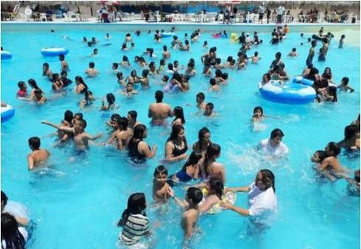 Orinar en una piscina tratada con cloro crea un producto químico tóxico llamado cloruro de cianógeno. (Contexto/Internet)