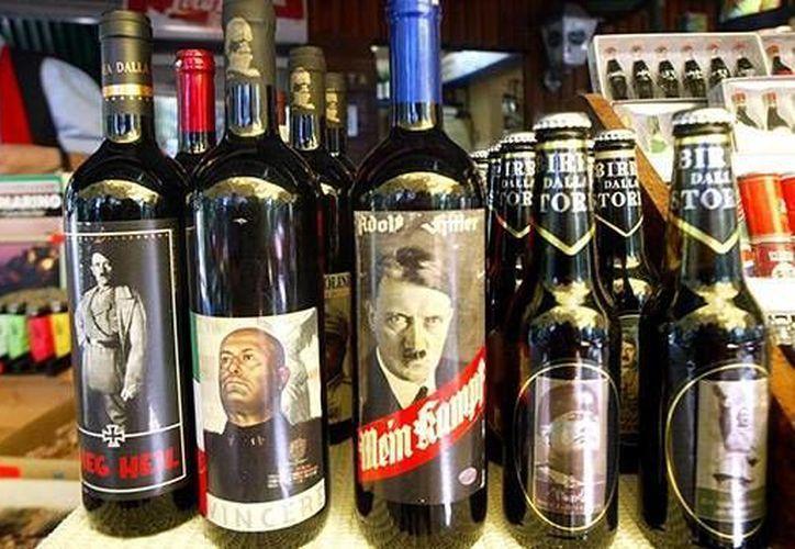 Bebidas de la empresa Lundardelli con los rostros de Hitler, Lenin, Stalin y otros dictadores. (AFP/Marcel Mochet)