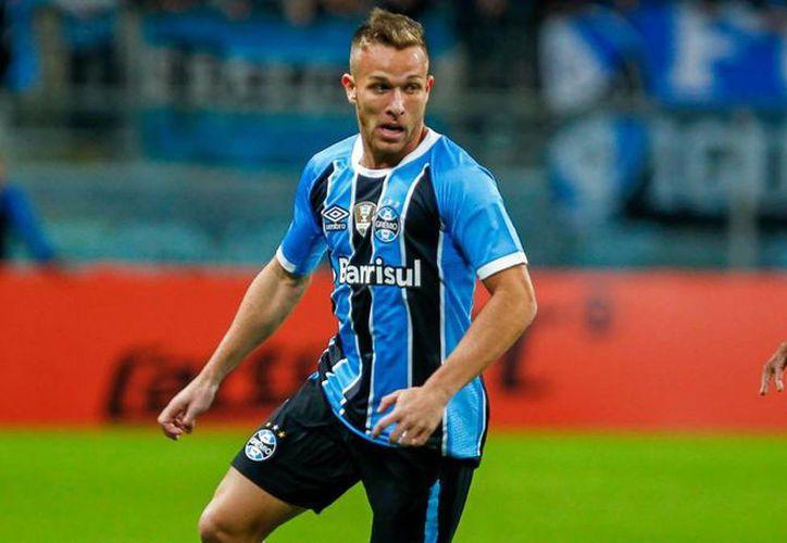 El futbolista Arthur Ramos fue promovido al primer equipo en 2015, por Luiz Felipe Scolari, técnico del Gremio de Porto Alegre, en ese entonces. (SIPSE)