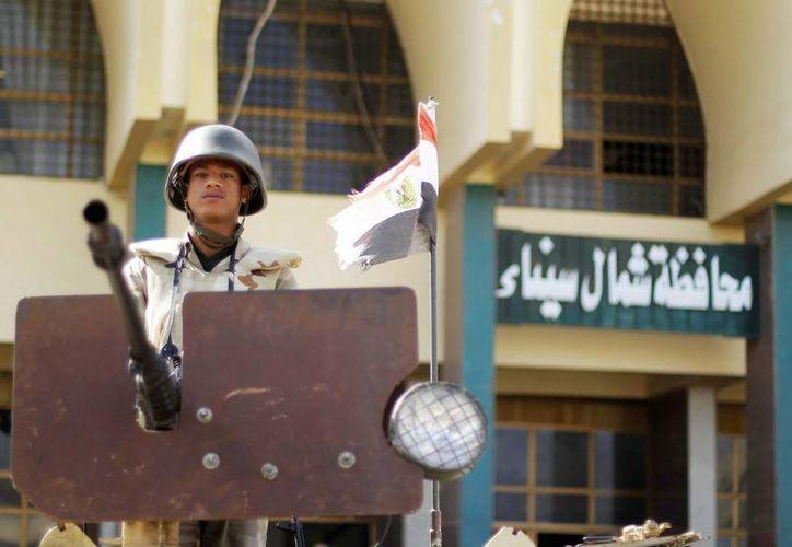 Un soldado egipcio hace guardia sobre un tanque cerca de un edificio del Gobierno en el norte del Sinaí. (EFE)