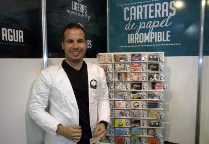 Abraham Alcalá Navarrete imprime su sello personal en las carteras con diseños de personajes de la música, cine y cómics. (Milenio Novedades)