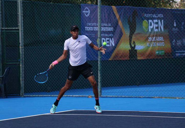 El 5°clasificado, Mauricio Rivera, se ha convertido en la sensación del Nacional de Tenis. (Novedades Yucatán)