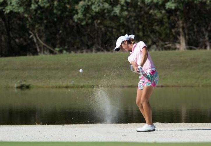 Isabella Fierro, del Yucatán Country Club, se mantiene en el liderato de la división 14-18 años femenil en la IX Copa Yucatán de Golf. (estoenlinea.oem.com.mx)