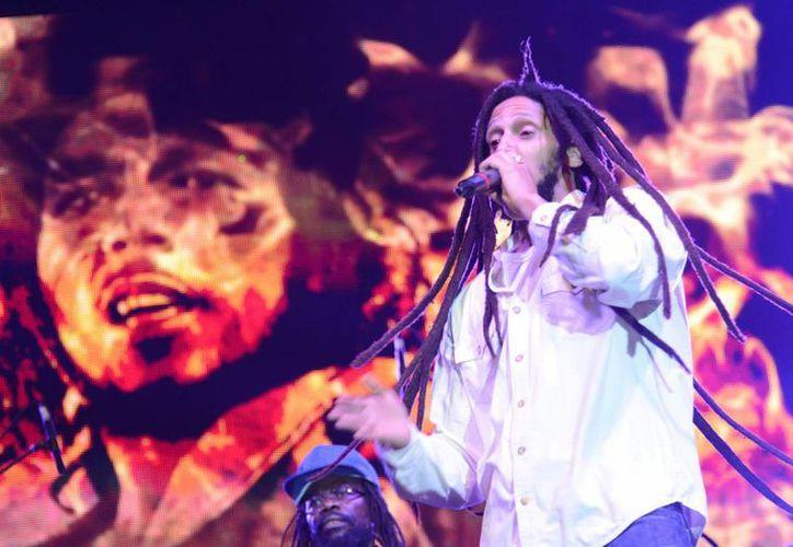 El hijo de Bob Marley, Julian, lanza una canción para agradecer la despenalización de la marihuana en Jamaica para usos medicinales. En la gráfica Julian durante el concierto Redemption Live. (EFE)