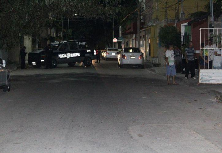 Dos sujetos realizaron detonaciones contra la barda de una vivienda en Playa del Carmen. (Redacción/SIPSE).