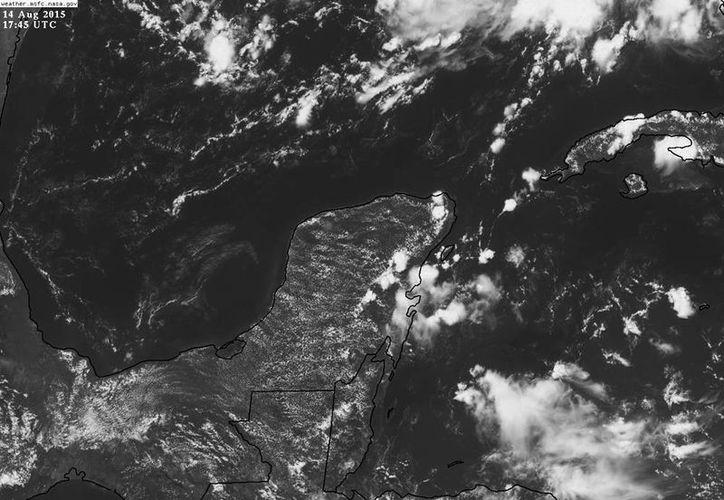 El Servicio Meteorológico Nacional (SMN) informó que la onda tropical llegará a tierras yucatecas mañana y a su paso por la región podría dejar tormentas eléctricas y vientos fuertes. (Comisión Nacional del Agua)