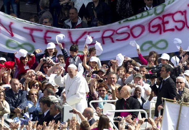 El papa Francisco saluda a los fieles congregados en la Plaza de San Pedro del Vaticano durante la celebración de la audiencia general de los miércoles. (EFE)