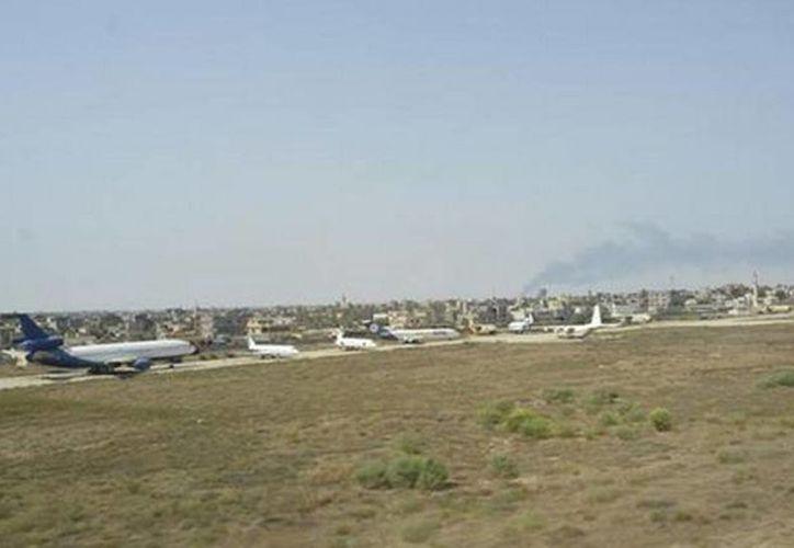 Imagen del aeropuerto de Mitiga, teniendo como fondo la ciudad de Trípoli, Libia. El lugar fue evacuado. (@EMADmde)