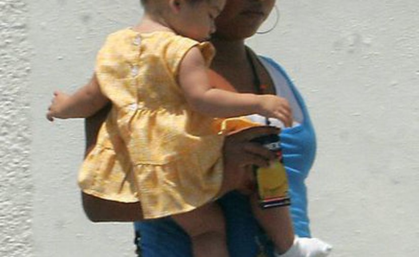 Algunas madres quedan a la deriva sin el respaldo de sus familias. (Harold Alcocer/SIPSE)