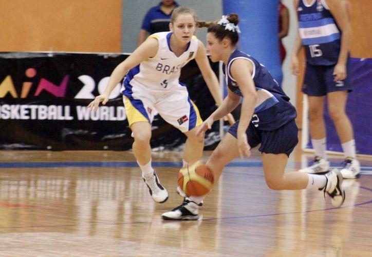 Emocionantes encuentros se vivieron en el campeonato FIBA Américas. (Raúl Caballero/SIPSE)
