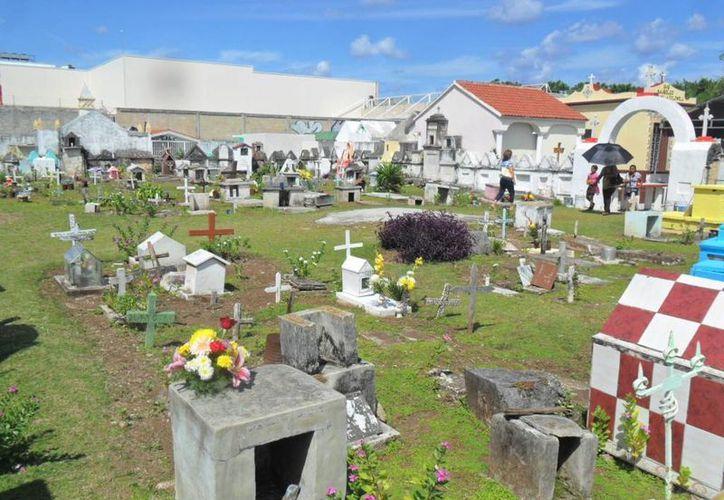 Los trabajos de mantenimiento y reparación de los caminos de los cementerios, hacen más fácil el acceso para las visitas. (Irving Canul/SIPSE)