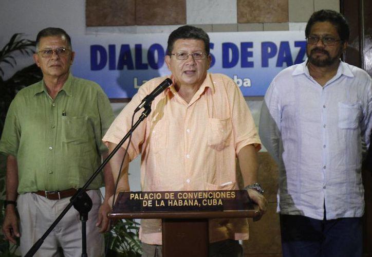 Pablo Catatumbo, jefe del bloque occidental de las FARC habla con los periodistas acompañado por Ricardo Téllez (izq) e Iván Márquez. (Agencias)