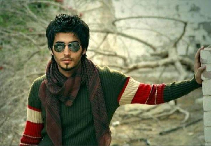 La policía religiosa árabe detuvo al joven actor Abdul Aziz Al Kassar por posar con decenas de mujeres 'con las que no tiene relación'. (mirror.co.uk)