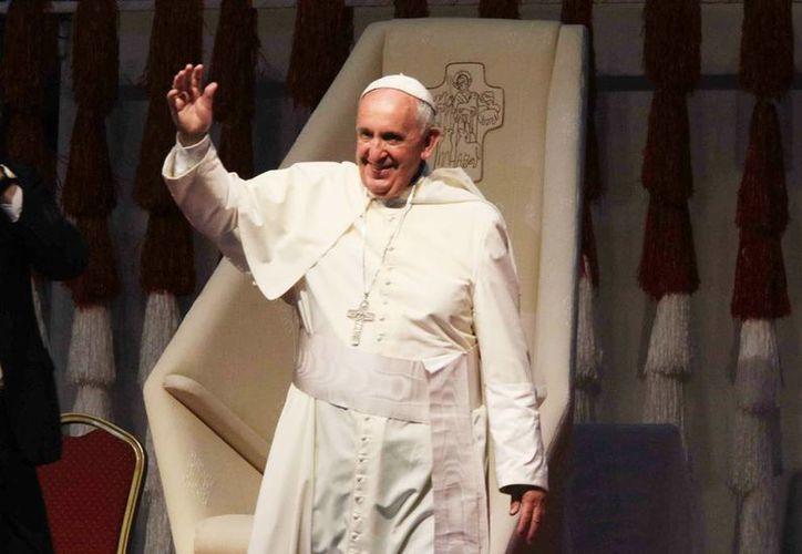 """Imagen del Papa Francisco en Asunción, Paraguay, durante su gira a Sudamérica. El Pontífice aprobó decretos de reconocimiento de las """"virtudes heroicas"""" a dos mexicanos en su camino a la santificación. (EFE)"""