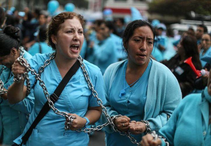 Las enfermeras peruanas, en huelga desde el 10 de junio, aseguran que las autoridades no hacen caso a sus reclamos. (AP)