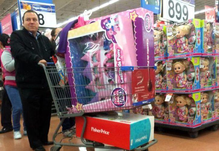 Los <i>Reyes Magos</i> recorren las tiendas en busca de los juguetes que aparecerán en los hogares de México, el 6 de enero. (Notimex)