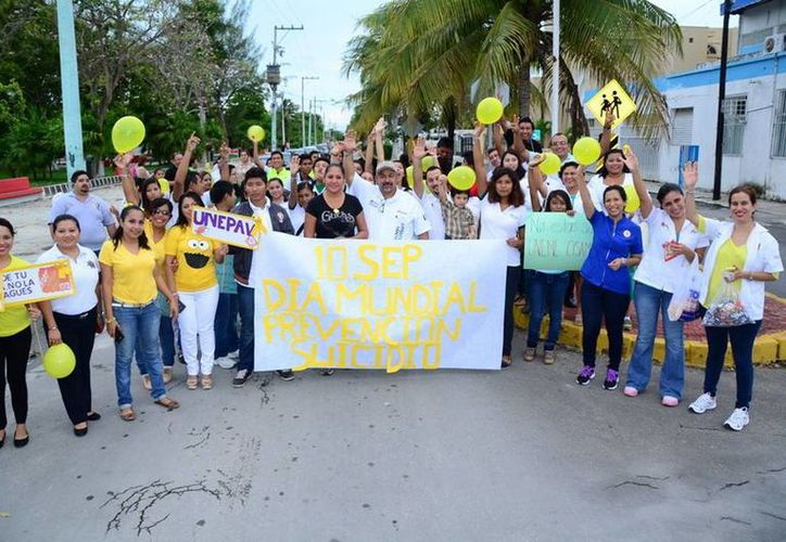 Los Servicios Estatales de Salud encabezaron una marcha como parte de la conmemoración del Día Mundial de la Prevención del Suicidio. (Redacción/SIPSE)