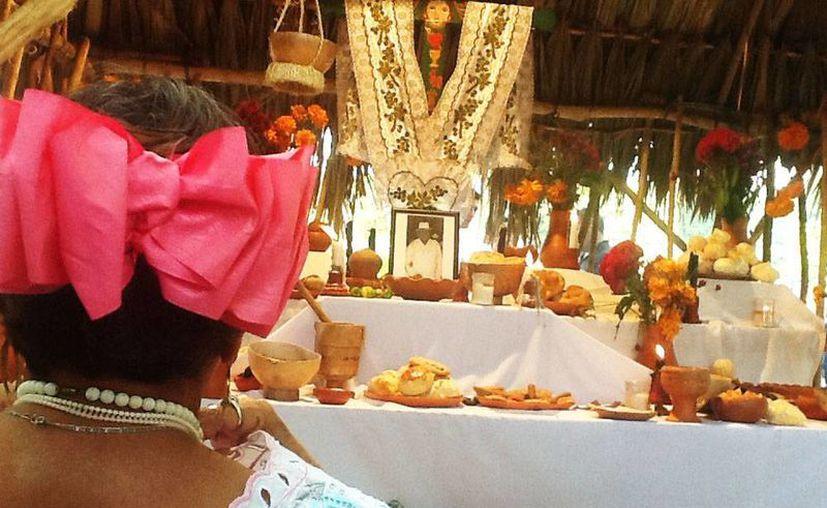 Los expositores llevaron todo los necesarios para 'ambientar' la comida de ánimas. (Christian Coquet/SIPSE)