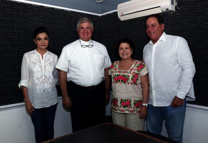 Mary Liz Escalante, el padre Juan María Solana, Alis García Gamboa e invitado. (Jorge Acosta/Milenio Novedades)