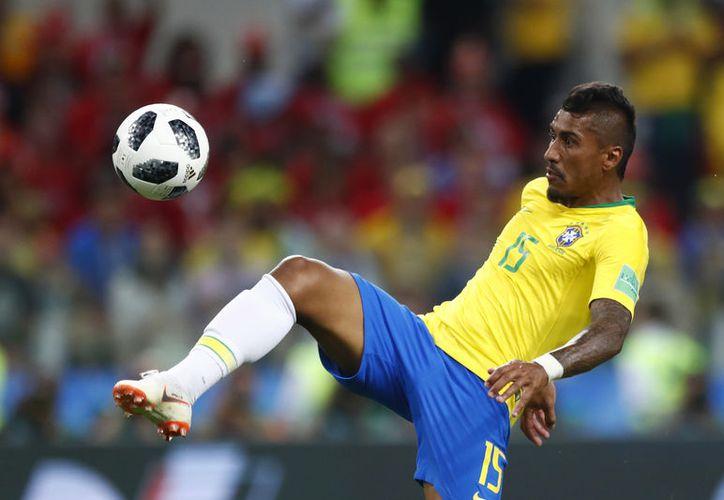 Paulinho abrió el marcador estirando su pierna al máximo para ganar la pelota (Foto AP)