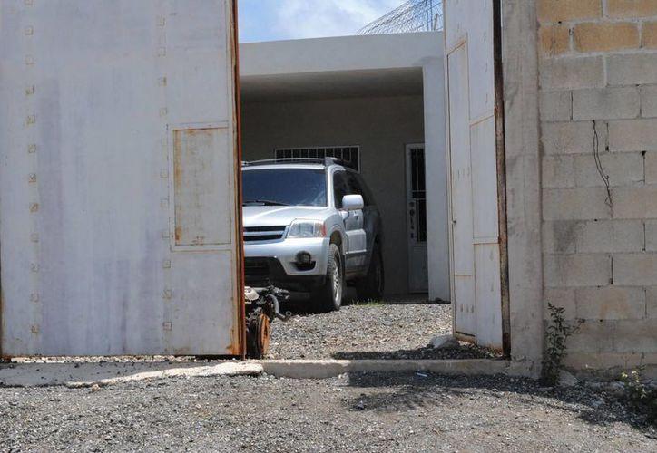La PJE espera la orden de cateo para ingresar al inmueble dónde se encontró una camioneta con reporte de robo. (Eric Galindo/SIPSE)