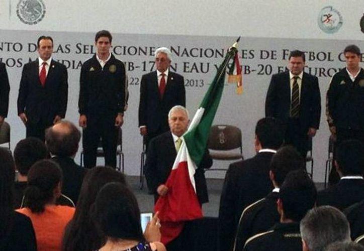 La Sub 17 recibe la bandera de México, de manos de Emilio Chuayffet (foto @conade)