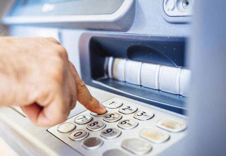 Usar cajeros automáticos diferentes a los del banco al que pertenece una tarjeta bancaria, puede ser caro. (Expansion.com)