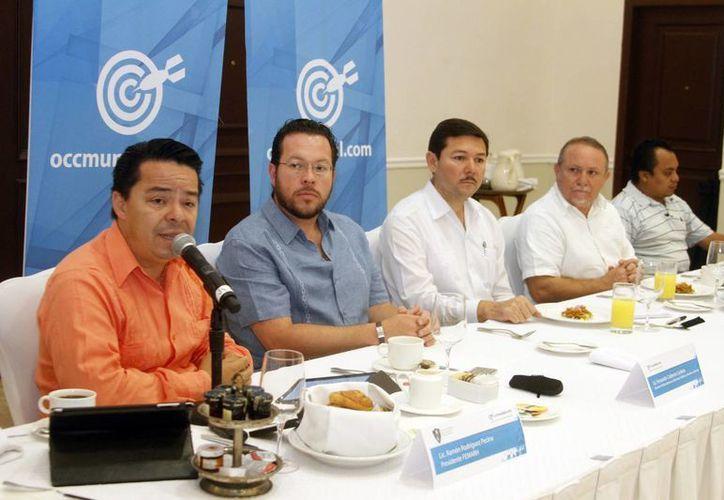Fernando Calderón (camisa azul), de la plataforma digital OCC Mundial, dijo que más apuestan al reclutamiento en línea. (Milenio Novedades)