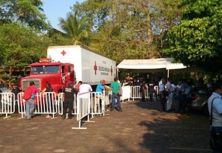 Un trailer ayudó en el traslado de los cuerpos desde Veracruz a Tabasco. (Milenio)