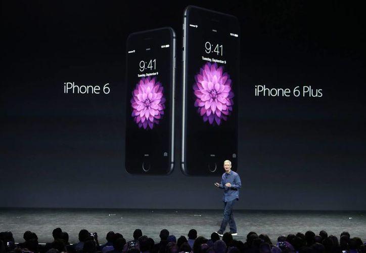 Tim Cook al momento de presentar el iPhone 6 y iPhone 6 Plus en Cupertino, California. (Agencias)