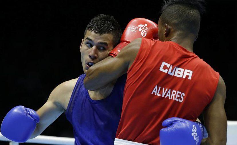 El mexicano Lindolfo Delgado, de frente, ganó medalla de plata en box en los Juegos Panamericanos. (Foto: AP)