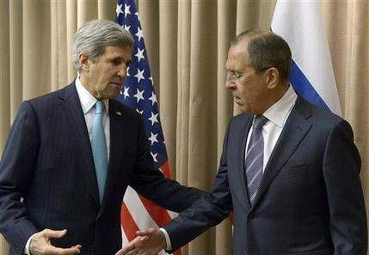 El secretario de Estado de EU, John Kerry, izq, saluda al canciller ruso Serguéi Lavrov antes de una reunión con diplomáticos de la Unión Europea y Ucrania para solucionar la situación ucraniana en Ginebra. (AP Foto)
