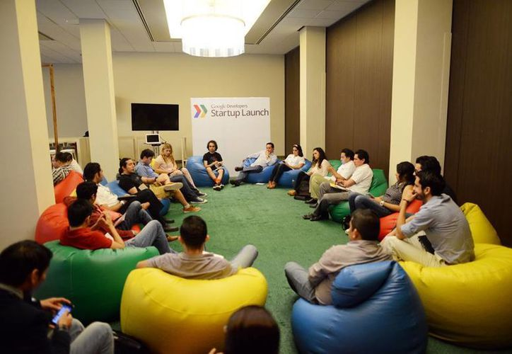 Imagen del taller que imparten expertos de Google a jóvenes emprendedores en Mérida. (Luis Pérez/SIPSE)