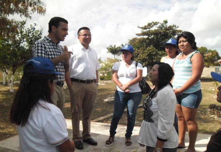 Regidores panistas platican con vecinos de la colonia San Pedro Uxmal. (Cortesía)
