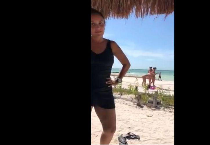La mujer lo sorprendió y el hombre intentó disimular. (Internet)