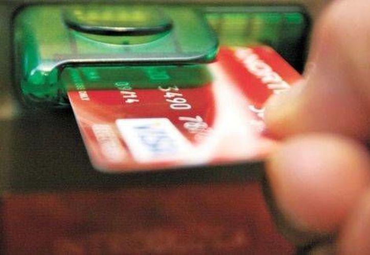 Especialistas coinciden en que la baja en el número de tarjetas de crédito se debe sobre todo a la desaceleración económica en el país en 2013. (Agencias)