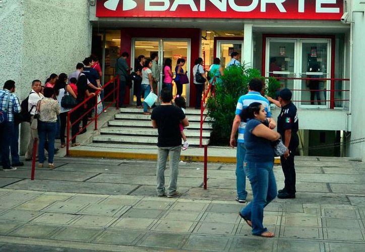 La mayor partes de las transacciones bancarias se realizan directamente en sucursales lo que reduce el riesgo y por tanto el número de fraudes en cuentas por operaciones vía internet. En Yucatán, cada mes hay hasta 8 casos de fraudes digitales. La imagen es de contexto. (Milenio Novedades)